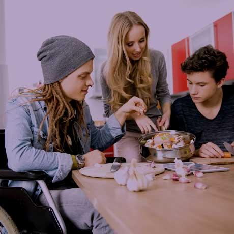 Sozialassistent kocht mit Jugendlichen